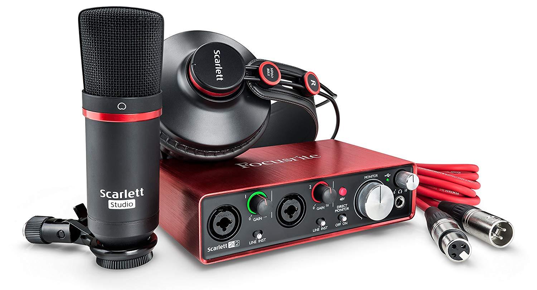 Pack de tarjeta de sonido, cascos, micrófono y cable con conector XLR de la marca Focusrite.